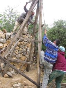 העלאת אבן בעזרת הגלגלת.