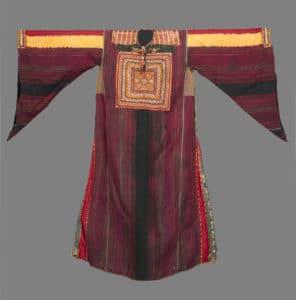 """שמלה פלסטינית מסורתית, מן """"המסורת שלא היתה קיימת""""..."""